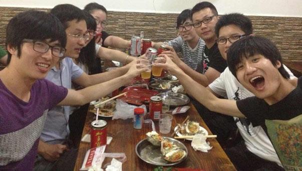 脸萌团队成员庆祝登顶APP Store