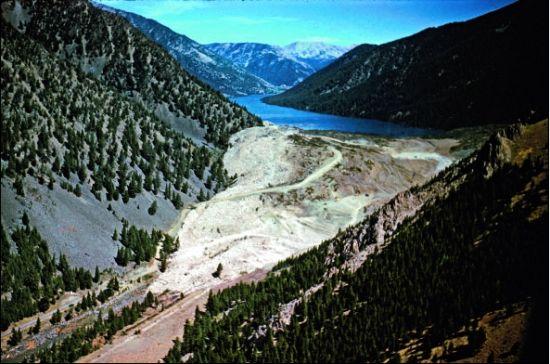 1959年8月17日,两次大地震袭击了美国蒙大拿州,只间隔了数秒。震中位于美国黄石国家公园西北方,两者相距仅16千米。一处山坡发生坍塌,将7000万吨石头冲进麦迪逊河。滑坡堵住了河道,形成了深97米的地震堰塞湖。.jpg