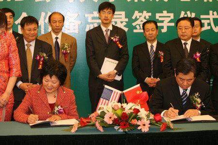 图为AMD全球高级副总裁、大中华区总裁郭可尊(左)与山东省副省长王军民(右)签署合作备忘录