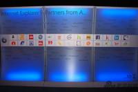 图为IE9全球合作伙伴背板