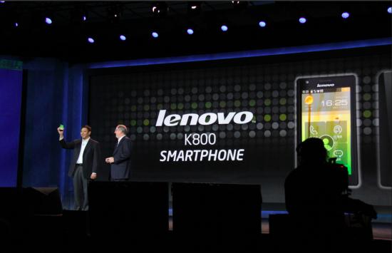 英特尔CEO欧德宁(右)与联想全球副总裁刘军(左)发布k800智能手机