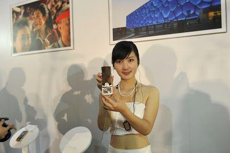 模特展示联想S90滑盖手机
