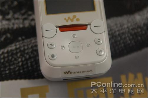 导航键部分,W850i采用了整体型设计,四个方向是连在一起的,与之前索爱的摇杆导航键相比,这样的设计感觉更为舒服。上部放置红色的WALKMAN快捷键,设计大气;方向键中间为音乐控制键,当出现Walkman播放界面后,利用它可以控质音乐的播放与停止。另外值得一提的是,导航键的背景灯可以变换颜色,它会根据不同的音乐而不停闪烁,十分漂亮。同时还有专门为音乐播放准备的灯光效果,炫目非常。 >>>>如果您想了解浙江市场更多产品信息,请点击浙江行情首页:http://zj.