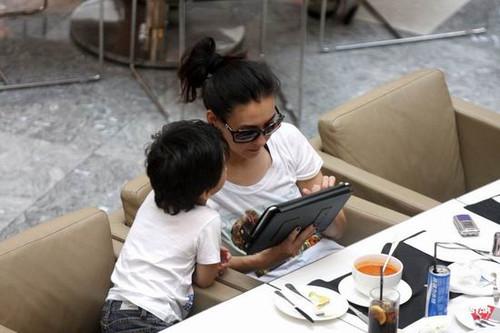 张柏芝走出艳照门阴影 悠闲喝茶玩iPad_笔记本
