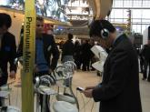 参观者试玩三星新品手机