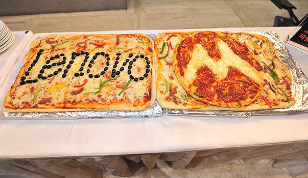 """在收购完成宣布现场,联想称之为""""29.1亿美元的pizza大餐"""""""