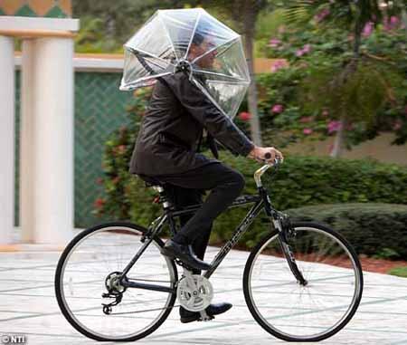英国设计师发明不用手撑的雨伞(组图)