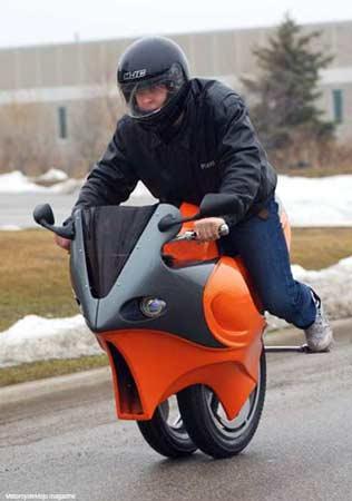 加拿大男子发明世界首辆单轮摩托(图)
