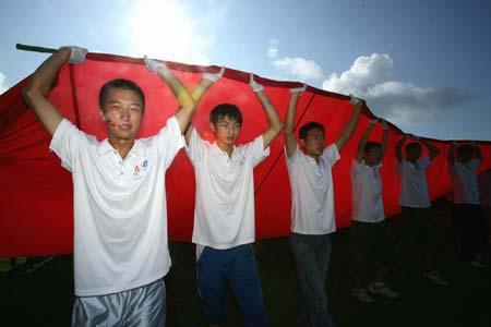 组图:中移动展巨幅国旗为奥运加油(1)
