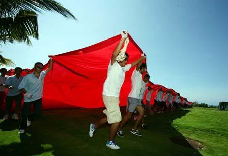 组图:中移动展巨幅国旗为奥运加油(2)