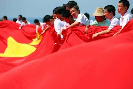 迎圣火巨幅红旗亮相三亚(组图)