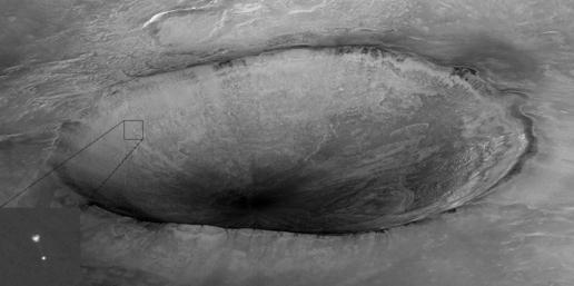 """图文:美卫星拍到凤凰号""""飞越""""火星陨石坑"""