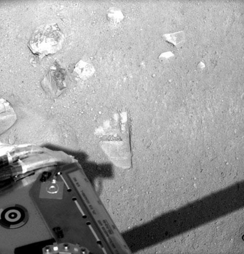 图文:凤凰号伸手触摸火星留下似人脚印