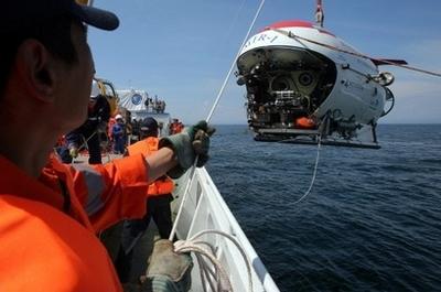 俄微型潜艇创淡水潜水深度世界纪录(图)