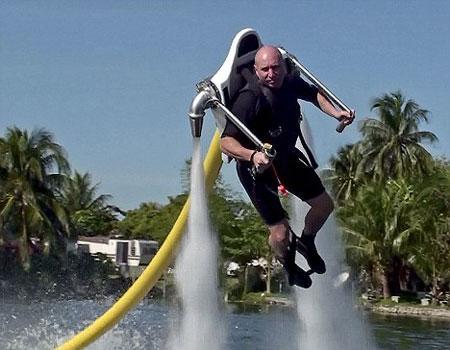 喷水飞行背包问世时速高达百公里(图)