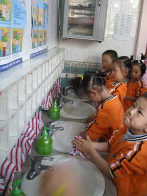 图为:小朋友们排队洗手