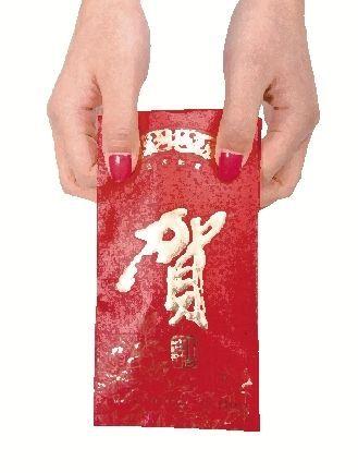 越南也有派发红包的习俗,春节期间,很多小贩在街头销售红包图/IC