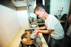 6岁小厨神技惊幼儿园