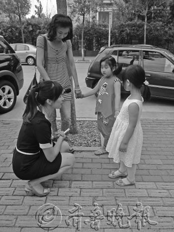 """实验结束,幼儿园的老师(蹲者)现身,告诉孩子们""""真相""""和以后应该注意的问题。"""