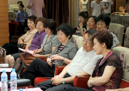 天津市领导和嘉宾与家长们观看孩子们的安全情景剧表演