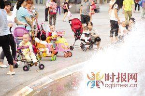 市民用婴儿车把孩子推到步行街玩耍