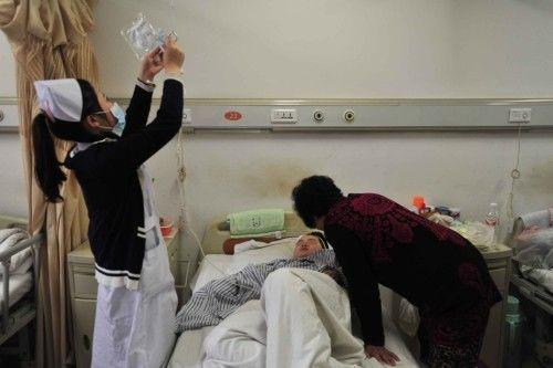 2013年10月22日,辽宁省沈阳市,被砍去右手的10岁男孩小俊被送到医院时,放有他断手的热水壶也一并被带到医院,水壶壶盖上全是血痂。