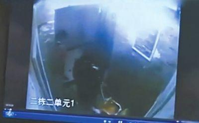 小女孩欲进电梯。