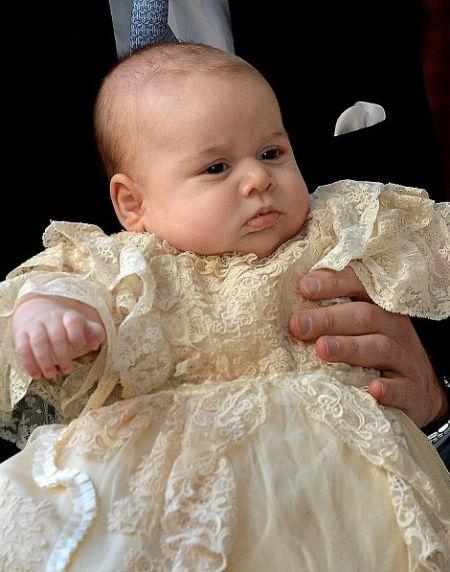 出生三个月大的乔治小王子在皇家礼拜堂接受洗礼