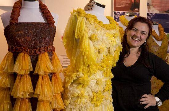 43岁的巴西艺术家阿德里亚娜・贝尔蒂尼(Adriana Bertini)近日在墨尔本的世界艾滋病大会上展出了一系列全部由避孕套做成的连衣裙。