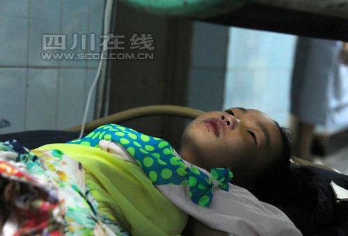 """医院:6岁""""女汉子""""受伤没哭 妻子隐瞒伤势"""