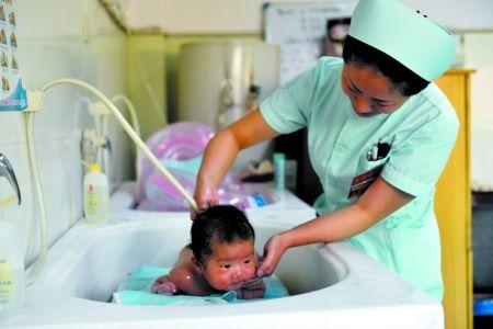 新生婴儿该不该游泳图片