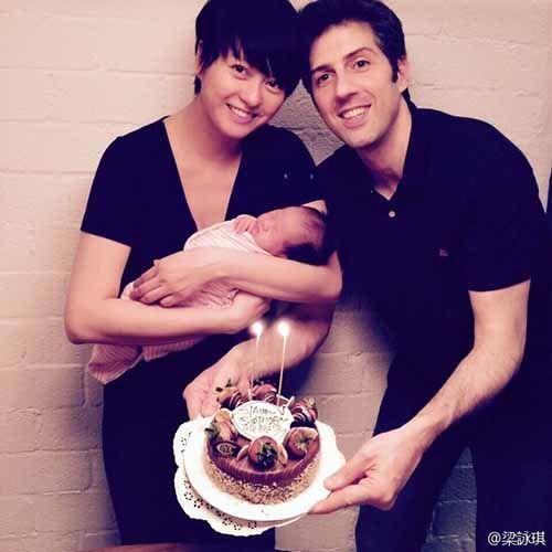 梁咏琪与女儿Sofia及老公Sergio一家三口过生日。图片来源:梁咏琪微博