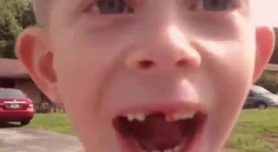"""远离烦恼之后的儿子显得非常兴奋,对着镜头大喊:""""它出来了!"""""""