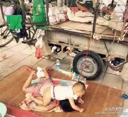 孩子被绳拴住