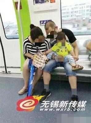 网友抓拍夫妻地铁给孩子把尿