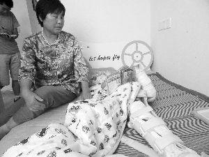 孩子躺在床上,腿还不能动 现代快报记者 孙玉春 摄
