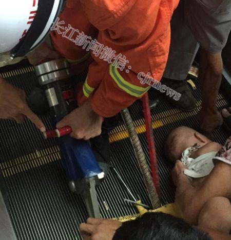 消防人员使用破拆工具破拆电梯