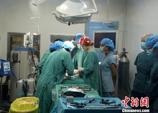 郭恩泽在做手术。 胡健 摄