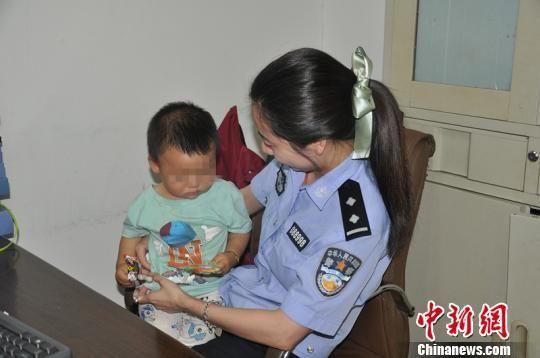 南京站派出所协助淮安警方在铁路南京站抓获了一名涉嫌贩卖儿童的逃犯,与此同时解救了被拐卖儿童一名。 陈伟 摄