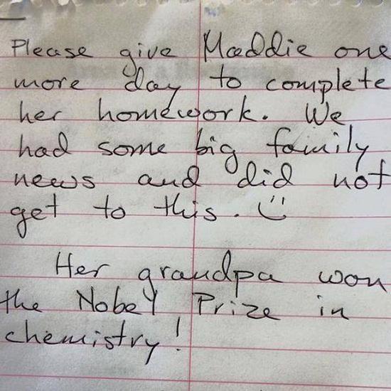 英国一名女童交了张便条,其家长给出了最霸气的理由:她祖父获得诺贝尔奖了。