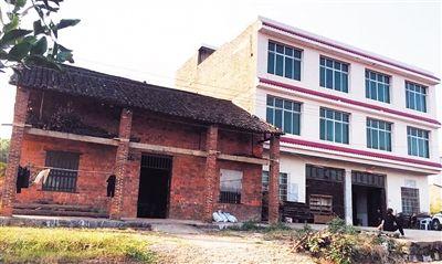 刘某家庭较贫困,与隔壁邻居家形成鲜明对比。