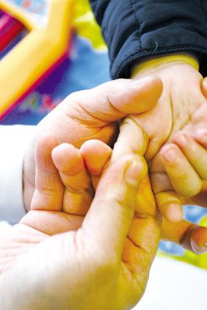 补脾经:在手掌的大拇指指腹,顺时针旋推。