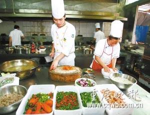 厨师用多种辣椒制作佳肴 记者 毕克勤 摄
