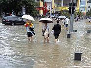 水漫街道行人艰难