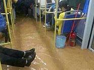 公交车内积水严重