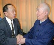 中国前外交部长李肇星与季老握手