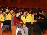 代表团同学专注欣赏韩国音乐