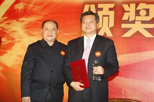 中国出版工作者协会主席于友先颁奖中