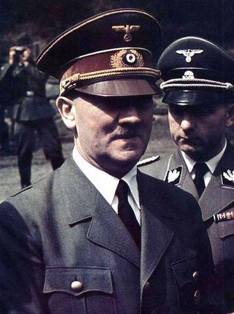 身着制服的希特勒