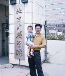 白岩松抱着刚满两岁的儿子回到了母校
